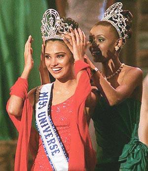Miss India Lara Dutta is crowned Miss Universe 2000.