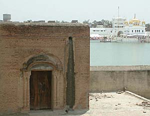 A view of one of the dilapidated bungas surrounding Darbar Sahib, Tarn Taran.