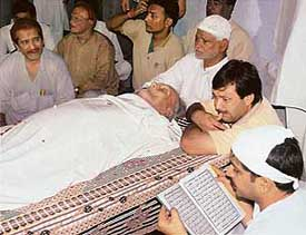The mortal remains of shehnai maestro Bismillah Khan at Benia Bag where his admirers paid their last respects in Varanasi on Monday