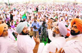 Former Chief Minister Amarinder Singh shows a victory sign at a rally at Mahuana, near Lambi, in Muktsar