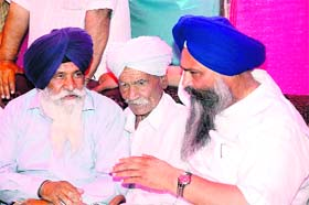 SAD candidate from Patiala Prem Singh Chandumajra interacts with freedom fighters at a village near Nabha