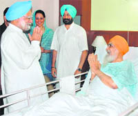 Prime Minister Manmohan Singh called on Tamil Nadu Governor Surjit Singh Barnala, who has been admitted to a private hospital due to right knee joint surgery, in Chennai on Saturday.