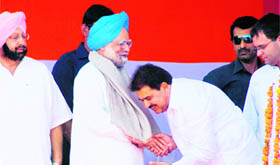 Congress candidate OP Soni takes the blessings of PM Manmohan Singh in Amritsar on Monday.