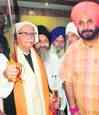 NDA's prime ministerial candidate LK Advani and SAD-BJP candidate Navjot Singh Sidhu at the Golden Temple in Amritsar on Monday.