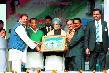 Local Congress leaders present a photograph of Hemkunt Sahib to Prime Minister Manmohan Singh during an election rally at Rudrpur on Friday.