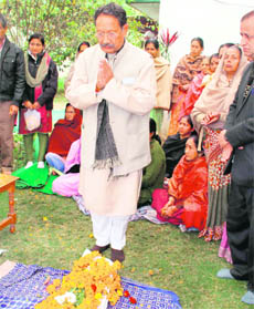Chief Minister BC Khanduri pays tributes to Vidhyasagar Nautiyal in Dehradun on Monday.