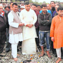 Prominent leaders and citizens of Uttarakhand pay homage to Vidhyasagar Nautiyal in Haridwar on Monday.