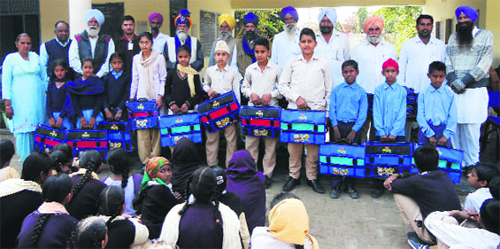 Bhinder India  City new picture : Guru Gobind Singh Refinery officials distribute bags and stationary to ...